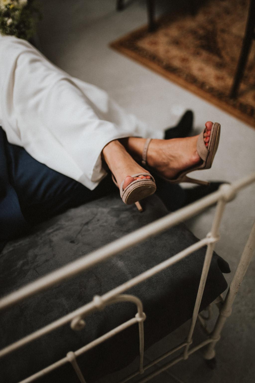 szpilki w kolorze nude na ślub sesja w dniu ślubu na poddaszu w kotulińskiego 6