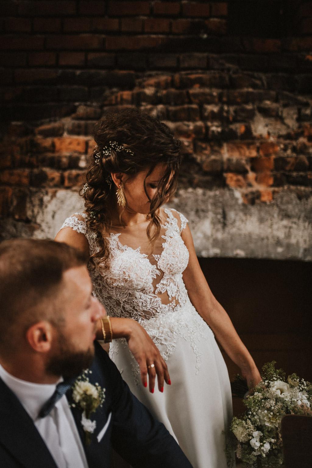 Pani młoda z polnym bukietem sesja w dniu ślubu na poddaszu w kotulińskiego 6