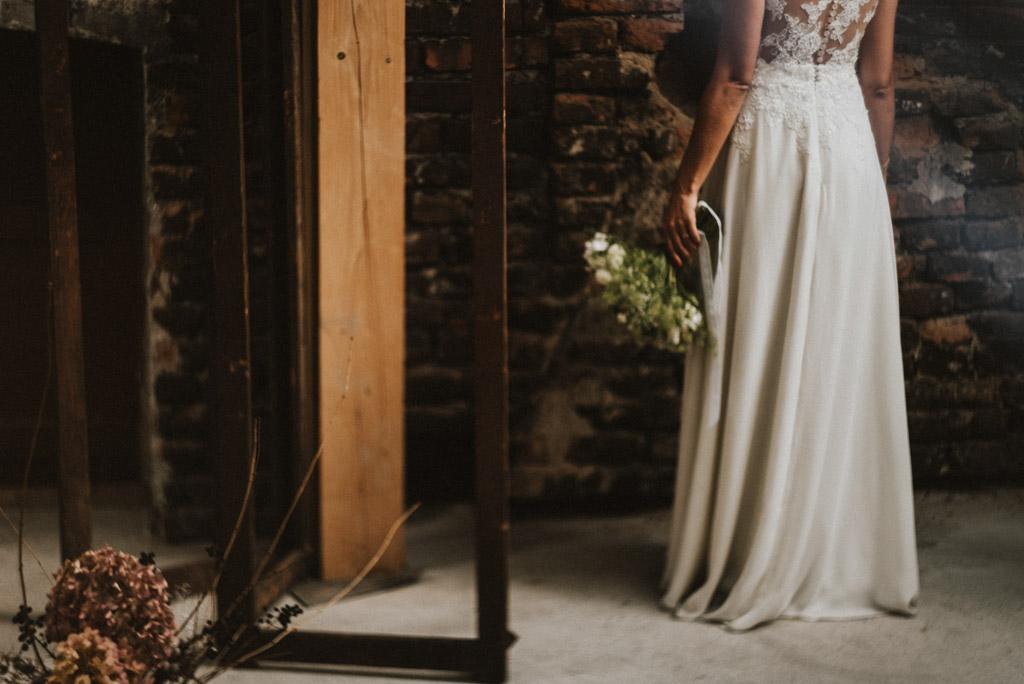 portret Pani młodej sesja w dniu ślubu na poddaszu w kotulińskiego 6 suknia white roses bielsko
