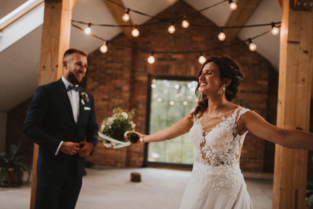 sesja w dniu ślubu na poddaszu w kotulińskiego 6 bukiet wietrzne pole