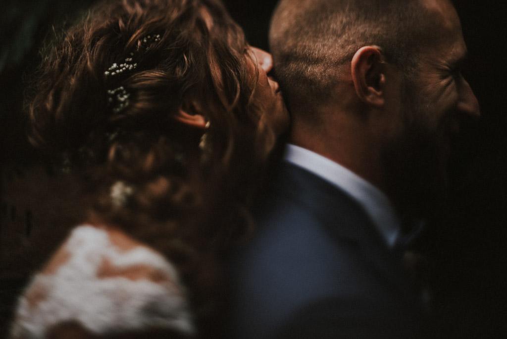 sesja w dniu ślubu w kotulińskiego 6 Pani młoda całuje Pana młodego