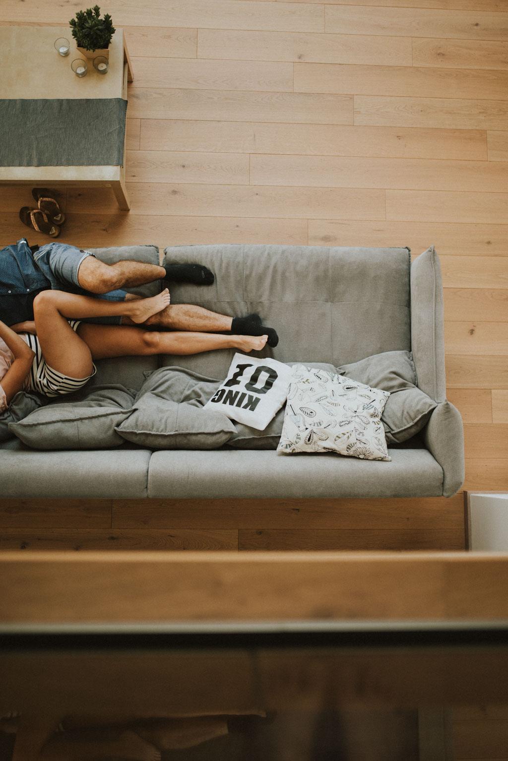 sesja narzeczeńska przedślubna w domu zdjęcia pary na kanapie