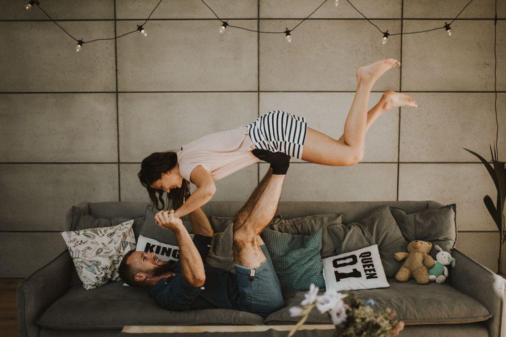 sesja narzeczeńska przedślubna w domu na kanapie zdjęcia pary queen 01 king 01