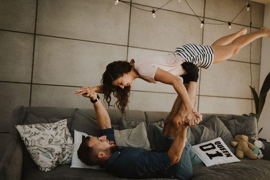 sesja narzeczeńska przedślubna w domu na kanapie zdjęcia pary