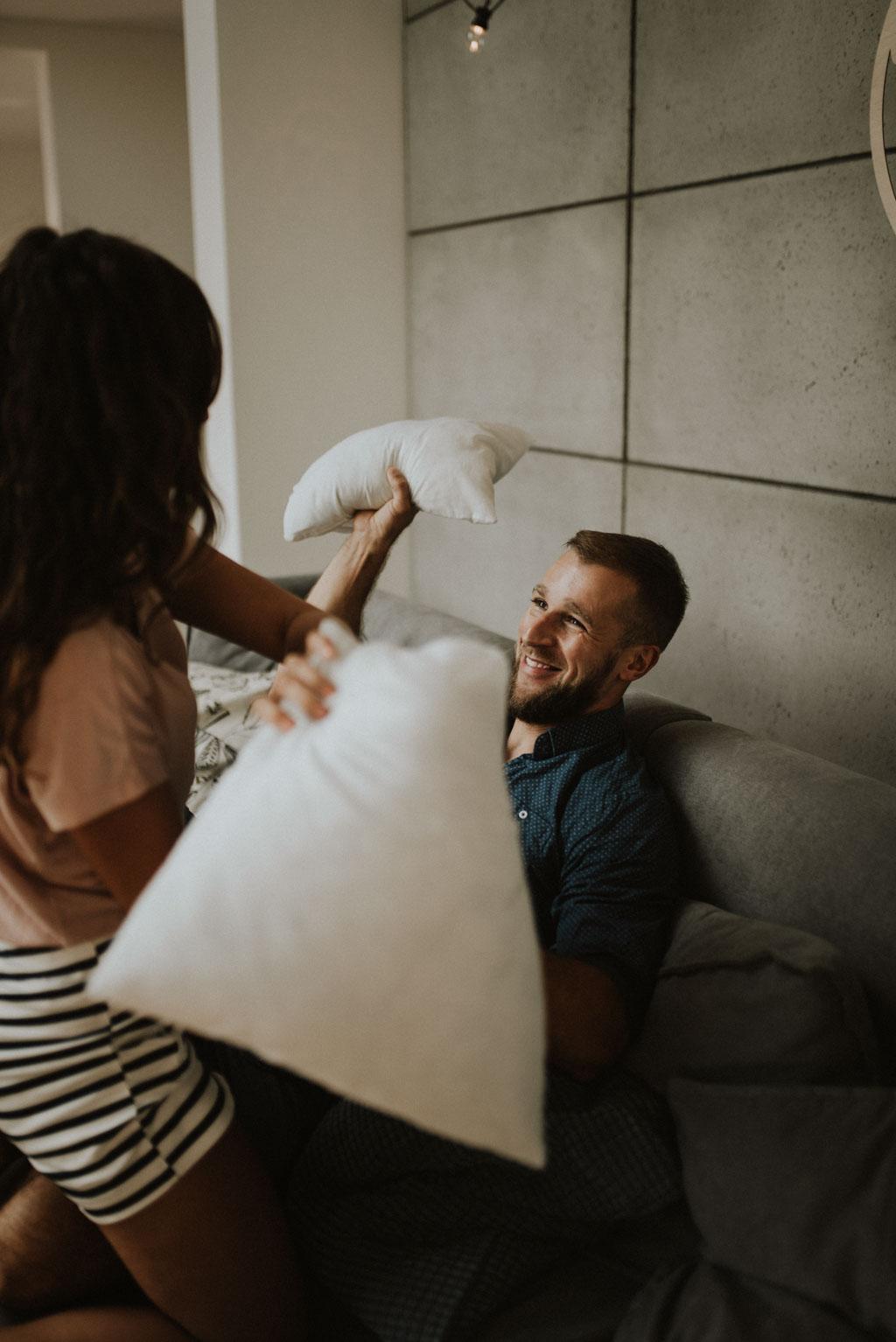 sesja narzeczeńska przedślubna w domu na kanapie zdjęcia pary bitwa na poduszki