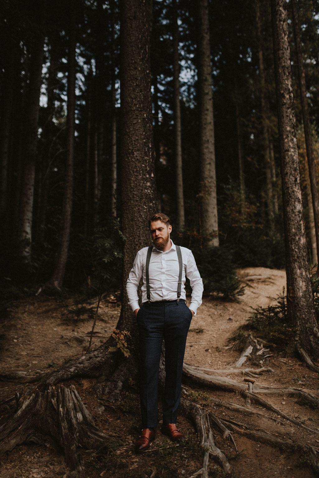 Pan młody w lesie szelki brązowe buty słowacja plener