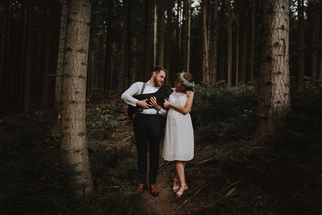 sesja rodzinna w lesie sesja ciążowa pytlikbak pies na weselu