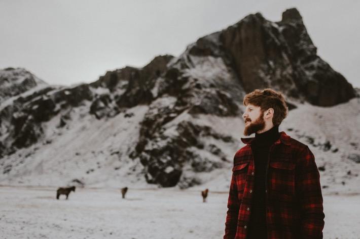 Karol Wardzichowski Islandia brodacz rudy czerwona kurtka mechanik