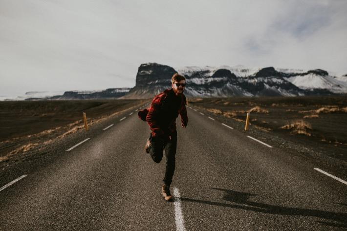 Karol Wardzichowski brodacz na Islandii czerwona kurtka