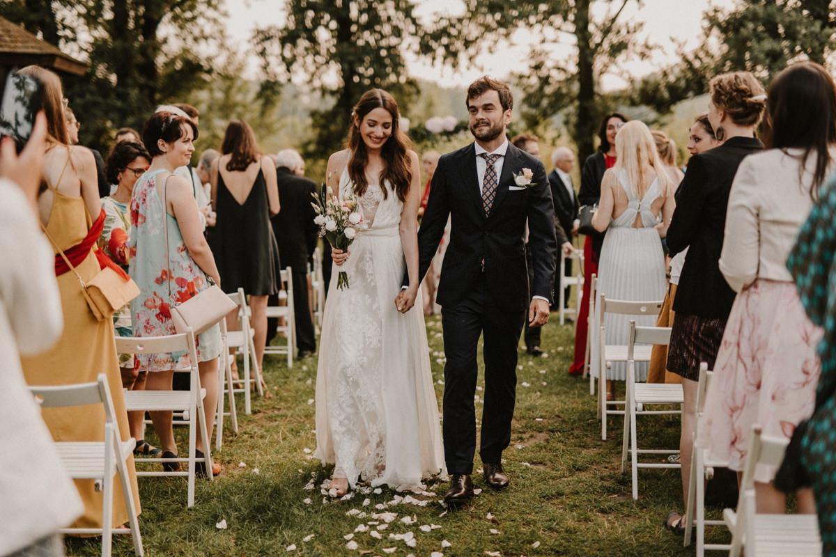 Ślub plenerowy Warszawa - Boathouse białe krzesła pergola z kwiatami ślub przy wiśle