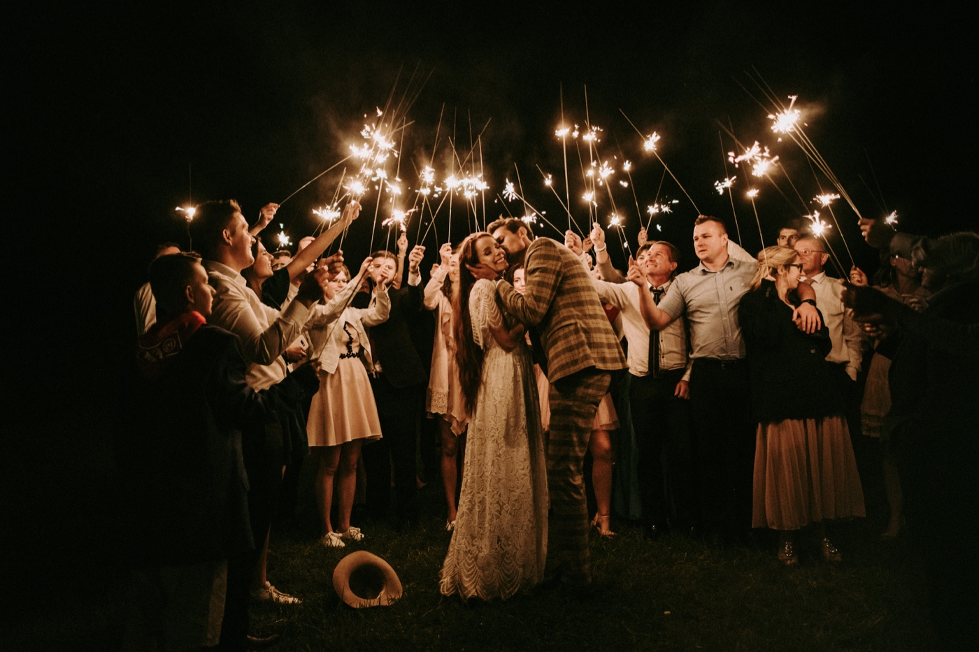 ślub plenerowy wesele w górach plenerze ruda panna młoda długie włosy pod namiotami zimne ognie